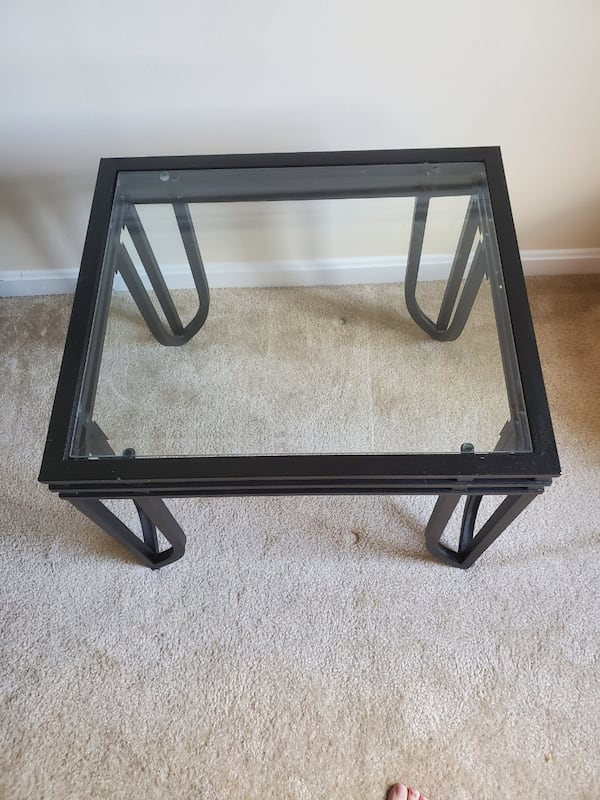 Glass top end table 205a4c2e-fff6-425b-9483-0f77f69bf999