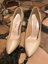 Pair of white  pointed-toe heels 18 km