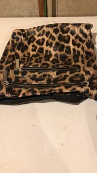 Selling a cross body DANIER bag