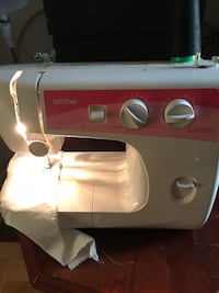 White and black singer electric sewing machine Brampton, L6W 3R8
