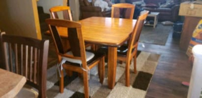 Kitchen Table comes with the center leaf 6 chairs