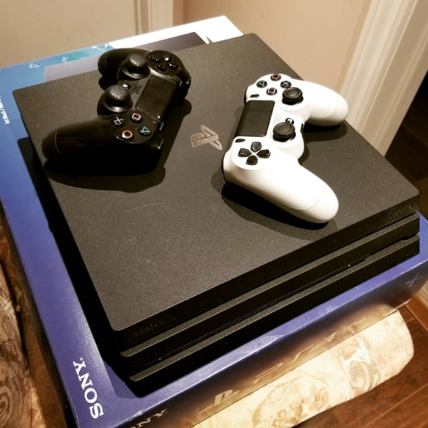 1tb Ps4 Pro + 2 controllers + 30 games