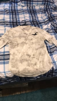 grey and white Hollister long-sleeved crew-neck shirt Conway, 29526