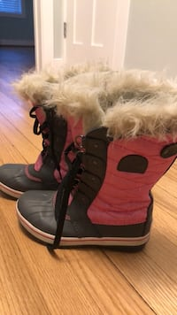 girls Sorel size 3 snowboots Arlington, 22207