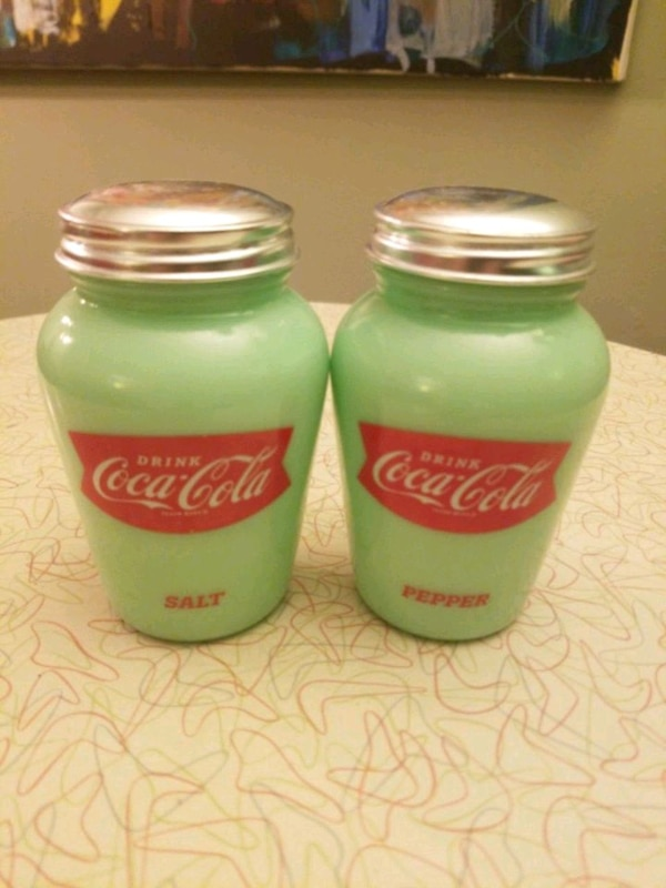 Coca Cola salt & pepper shakers f64820ca-8597-43aa-9935-45762c86dafd