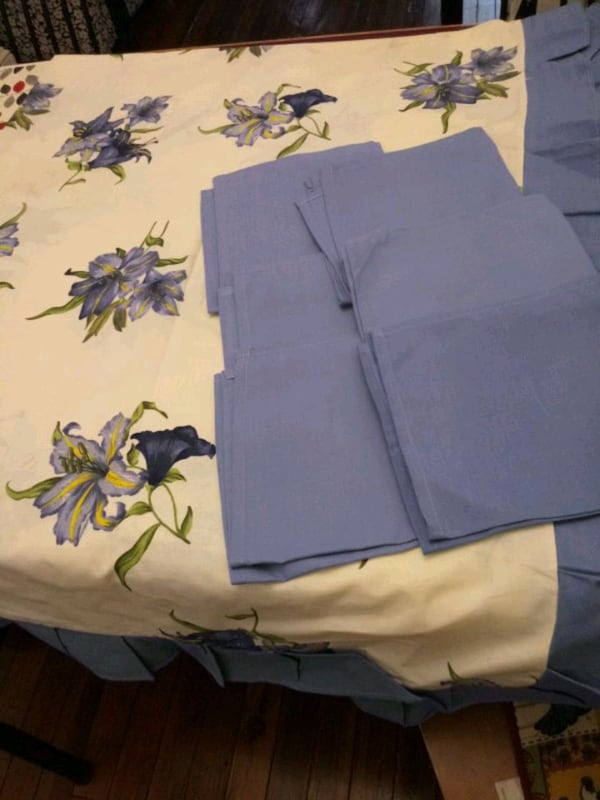 Beautiful table cloth with 6 cloth napkins 5f787865-e761-4351-bd83-2ca405f3f825