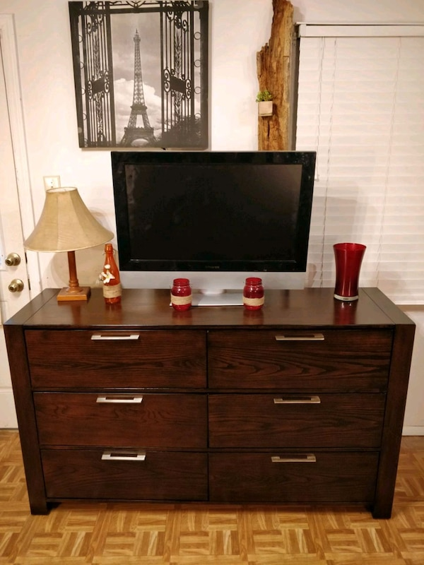 Nice wooden dresser/TV stand with big drawers in v