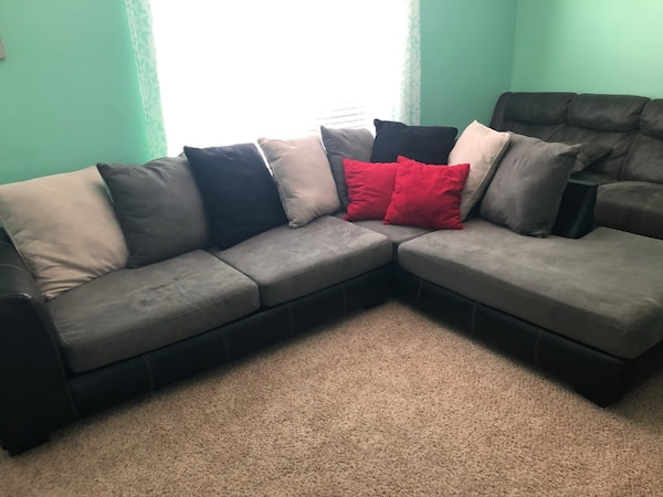 Sectional Couch 36d39ffc-d84b-4e8c-9a19-5df5c7b6b318