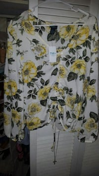 Flower Blouse sixes 1X but fits like a L Tifton, 31794