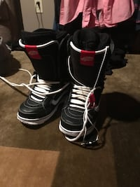 pair of black-and-white Vans Off The Wall snowboard boots Winnipeg, R2G 3M7