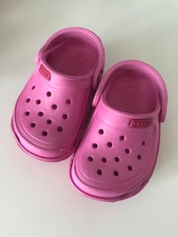 Pair of pink rubber crocs Montréal, H2J 3S7