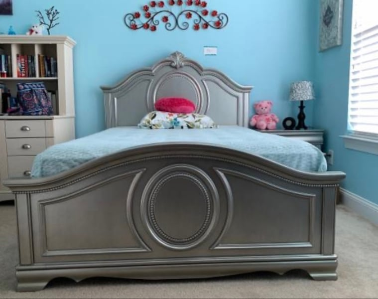 Full bed set with night stand 563e589f-9046-4b62-affb-1c83e865755c