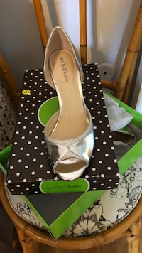 pair of white leather peep toe pumps Madison Heights, 48071