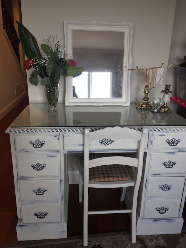 Vanity & Chair with glass for top protection