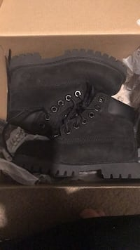 Pair of black timberland work boots in box Norfolk, 23504