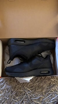 Pair of black nike low-top sneakers with box Montréal, H3X 2M5