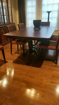 Brand new dining table with craved base Mississauga, L5S 1M2