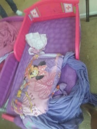 Minnie mouse toddler bed w/ sheet