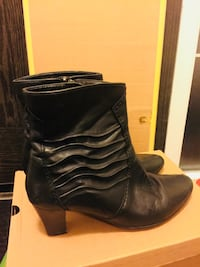 pair of black leather boots 2666 km