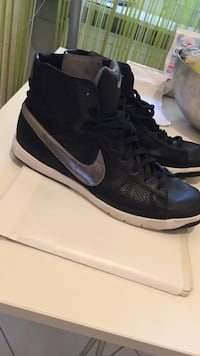 Paar schwarze Nike High Top Sneakers