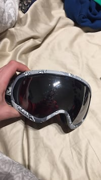 gray and black snow goggles
