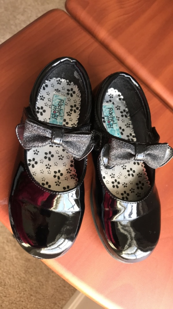 Girls dress shoes in very good condition size 11 1/2 fits (5,6,7 )