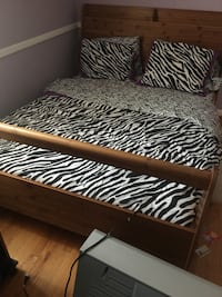 Queen oak platform bed with great mattress  Potomac, 20854