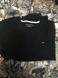 Tommy Hilfiger v-neck t shirt medium Toronto, M1N 3S9