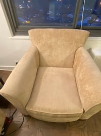 Spacious sofa chair Pickup only Perfect condition Alexandria, 22311