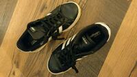 Adidas shoes ~ Size 8.5 Linden, 22642
