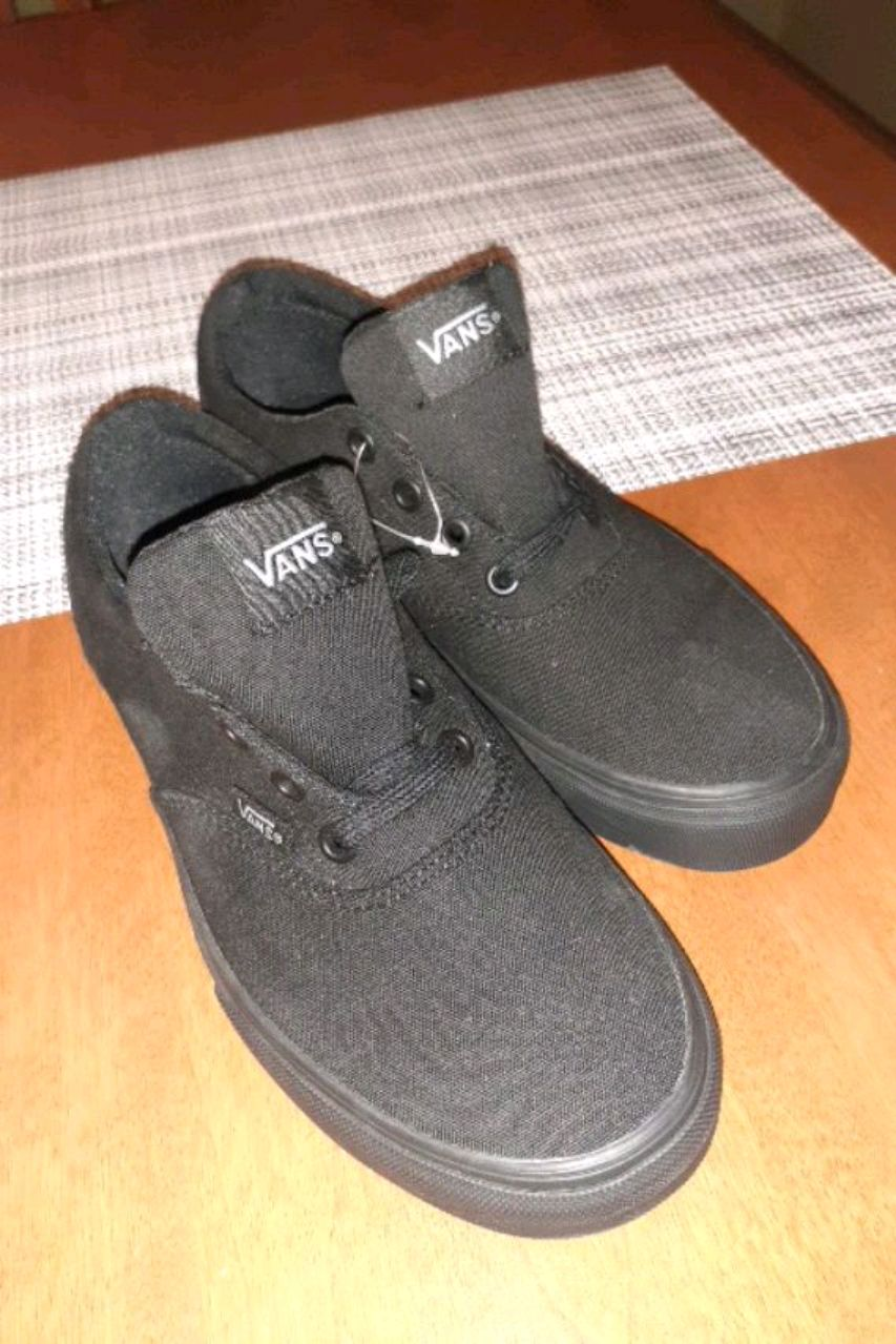 Photo BRAND NEW WOMENS SIZE 6.5 VANS $60 OR BEST OFFER