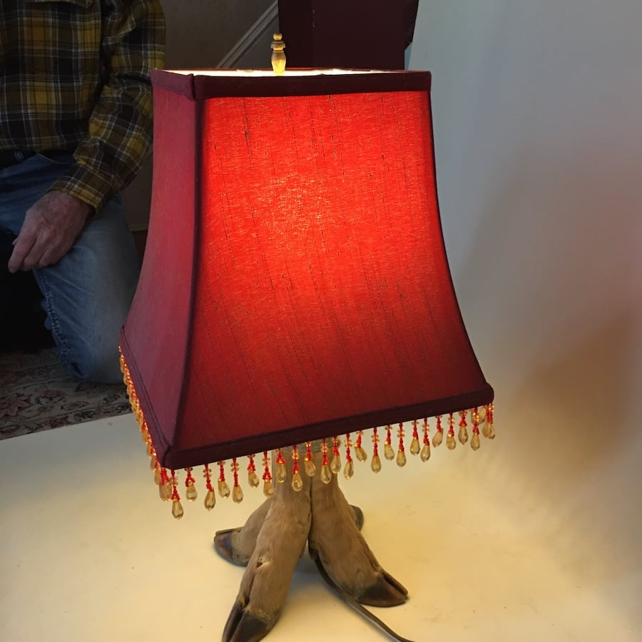 Deer foot lamp