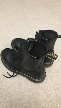 Pair of black dr. martens size 6 伦敦, N6H 0B4