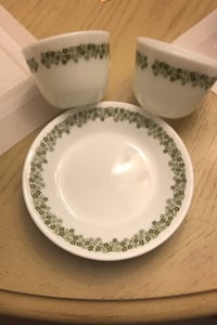 Crazy daisy 2 vintage mug and 5 small plate.  Can meet in toronto Bolton, L7E