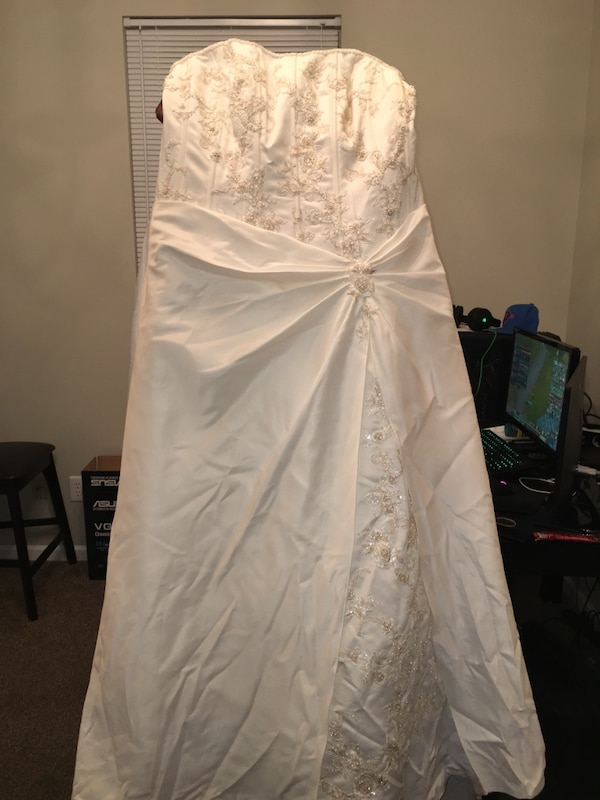 c65bb4ace9b Used white spaghetti strap wedding dress for sale in Indianapolis - letgo