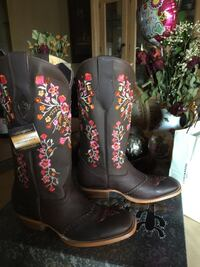 pair of black-and-pink leather cowboy boots Fontana, 92335