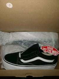 unpaired black and white Vans Old Skool sneaker wi 225 mi