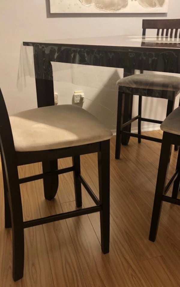 Excellent Dining Set - table and 4 chairs 01053e3f-a5f5-4974-857d-726e9a94fc17