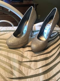 Size 7 gold sparkly heels Peabody, 01960