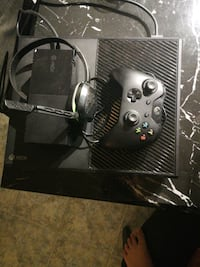 Xbox one and controller and headset Longueuil, J4J 5C4