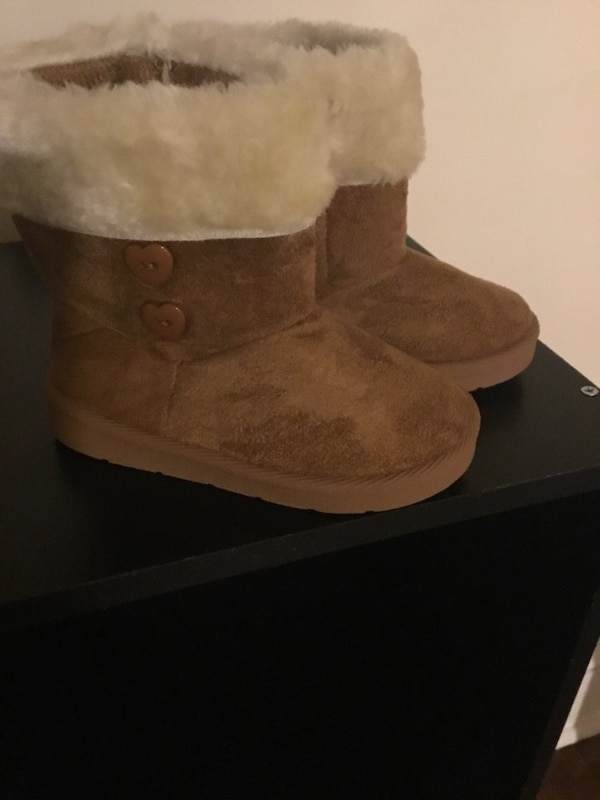 2bdae17dc8d Pair of brown ugg bailey button boots with box