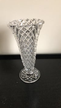 clear cut glass footed vase 25 mi