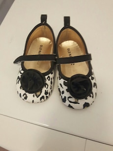 girl's pair of white and black Old Navy shoes