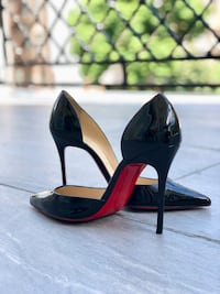 pair of black leather pointed-toe pumps New York, 11209