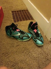 Lebrons size 11 Sioux Falls, 57103