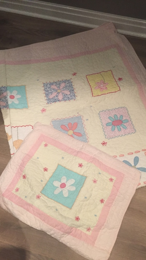 Pottery barn children's twin quilt and sham. Mint condition machine washable