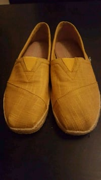 New Mens-8.5 yellow loafers-TOMS! Montréal, H1V 3P1