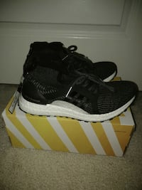 pair of black Adidas running shoes with box Chantilly, 20152