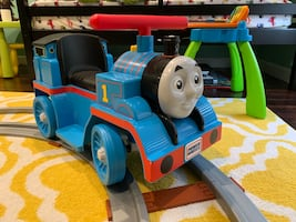 Thomas ride-on toy with track. Doesn't charge.