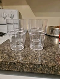 Plastic glasses (×4)